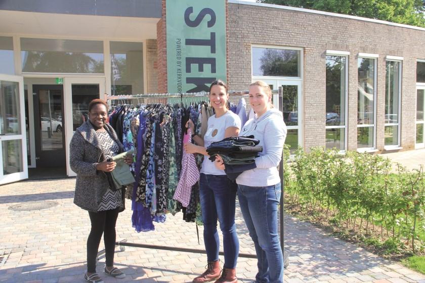 V.l.n.r.: Pauline van Dam, Jolanda Schrauwen en Nicole Hendriks van kledingbank Shop voor nop.