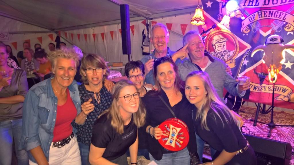 Winnaars van de eerste Leesten-Warkense Pubquiz met (gehurkt) de organisatoren Steffy Rouwenhorst (l) en Ilse Kappert (r) Foto: M. Kroes © Persgroep