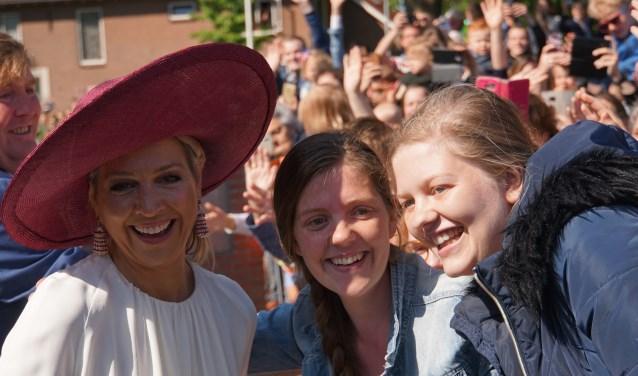 Hanneke van der Zwam en Gerdieneke Baan uit Opheusden maken een selfie met de koningin. (Foto's: Jan Woldberg)