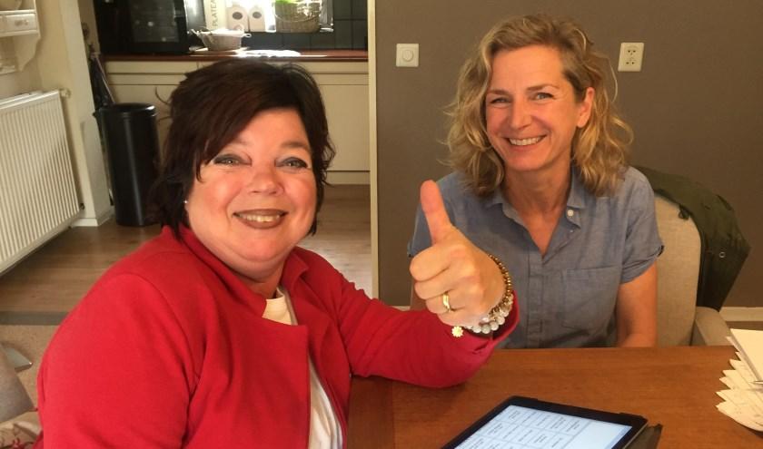Jolanda van Brink-Polman (links) en logopedist Sacha van Hees oefenen thuis op de iPad met de app Spraakassistent. (foto: Conny van den Bor)