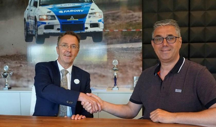 Ondertekening overeenkomst door Frank Rombouts (L) en Johan Faes (R).