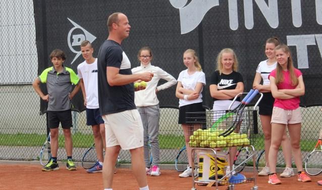 De jeugdleden van IJTC konden heel wat leren van tennisser Martin Verkerk, die tijdens een aantal clinics de fijne kneepjes van het serveren uitlegde en demonstreerde. (Foto: Lysette Verwegen)