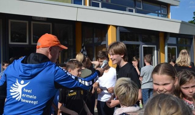Hans van Zetten in gesprek met kinderen van de Margrietschool