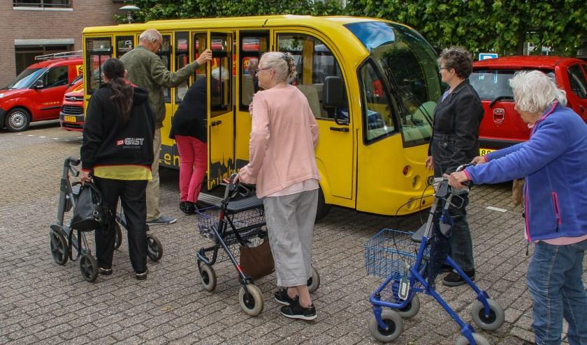 Er was veel belangstelling voor de proefrit van de elektrische bus.