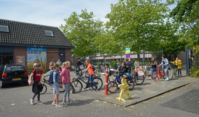 Kinderen die het schoolplein verlaten komen gelijk in aanraking met (achteruitrijdend) verkeer dat niet in de gaten heeft dat de school op bepaalde tijden aan- en uitgaat. FOTO: Marieke Mandemaker.