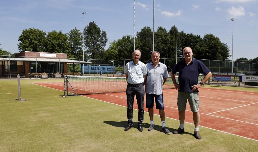 Geert Heijnen (links), Hans Smits en Wim ten Haaf kijken uit de komst van de nieuwe tennisbanen. (foto: Rikus ten Brücke).