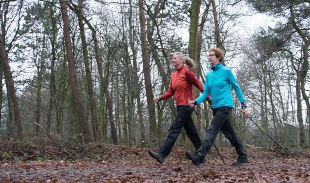 KArin Noorman en Marita Castenmiller aan het nordic walken.
