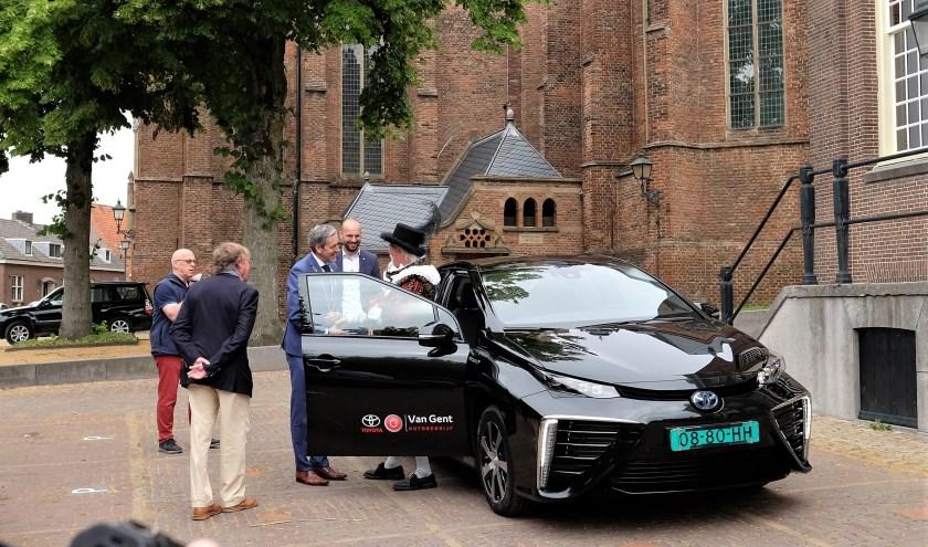 De ontvangst van het Veenendaalse gezelschap was bij het bordes van het oude raadhuis in Rhenen. Men kwam gewoon per auto aan in de Grebbestad. (Alle foto's: Max Timons)