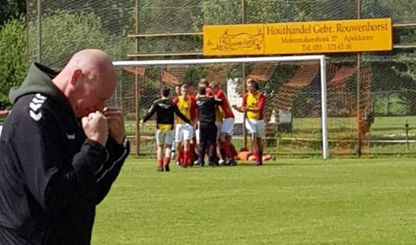 Hans Nijhuis balt de vuisten, maar de derde klasse raakt toch uit zicht voor Veluwse Boys.