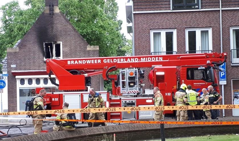 De brandweer had het vuur dat op de eerste etage bij Femme-Fit was ontstaan snel onder controle. (foto: Twan Lucassen)