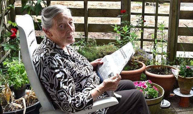 """Mevrouw Jansen: """"Mijn tuintje is een leuk stuk privacy."""" (foto: Roel Kleinpenning)"""