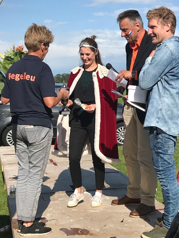 De nieuwe schutterskoningin neemt de prijzen in ontvangst Foto: J. de Vries © Persgroep