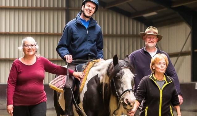 Een ruiter met zijn pony en een aantal vrijwilligers van Stichting Impuls. Foto: Koen Mol.
