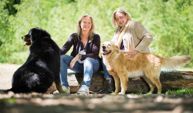 Links op de foto; Annemarijn Hanedoes en rechts Ans Schutte. (D&R Fotografie)