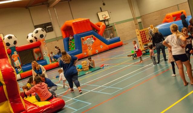 Kinderen genieten met volle teugen  tijdens de Buurtspeeldag in Oudheusden.