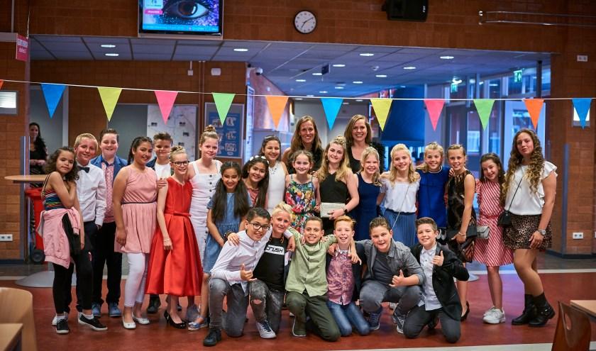 Kinderen die het leuk vonden, konden zich voordat ze de rode loper betraden, zich nòg mooier laten maken door visagiste Letty Stok. foto: Corné de Weert