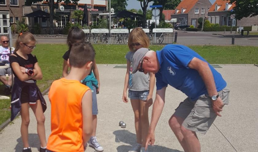 Speluitleg aan jeugdige badmintonners