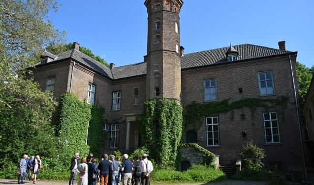 De genodigden voor de 100ste geboortedag van Jonkheer Huub van Nispen wandelen met een gids over het landgoed. (foto: Ab Hendriks)