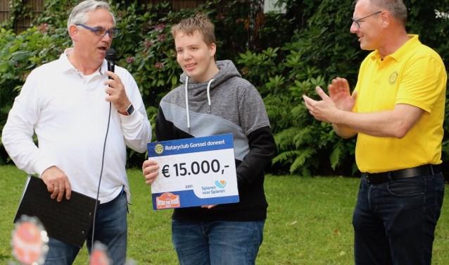Milan Altena ontvangt de cheque van organisatoren Dietmar Serbee (rechts) en Arjen van der Sar van Rotary Gorssel.
