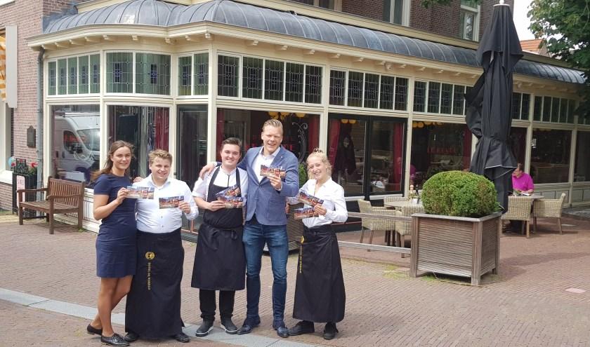 Wiebe de Vries en zijn medewerkers van Hotel de Wereld gaan met veel plezier de Proef Wageningen cadeaubon verkopen. (foto: Kees Stap)