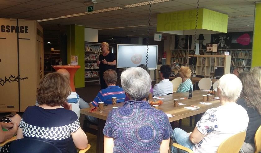 Een typische Walk and Talk heeft een gastspreker die deelnemers actief betrekt bij het onderwerp. Hier Jorry van der Meer.