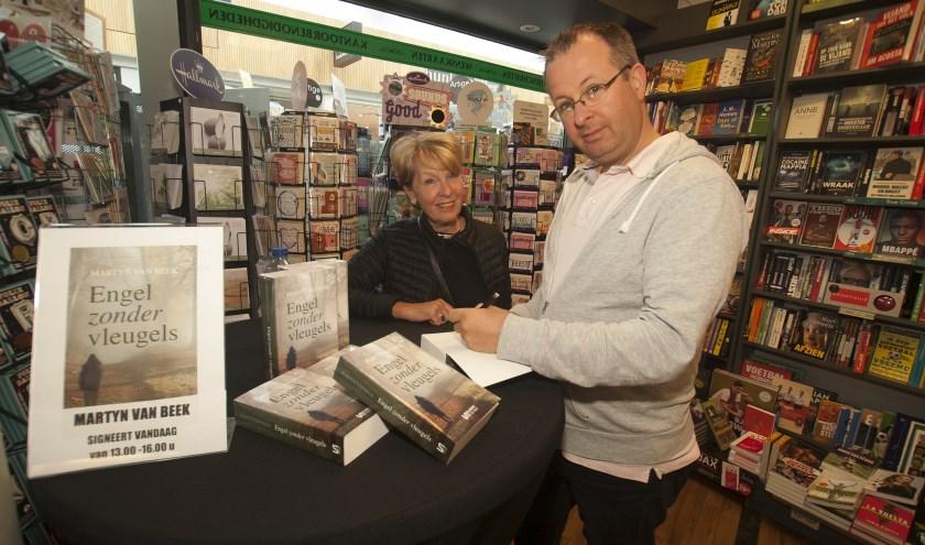 De Waalwijkse auteur Martyn van Beek signeert voor kopers in The Readshop zijn nieuwste boek 'Engel zonder Vleugels'. Foto: Wil Monsieurs
