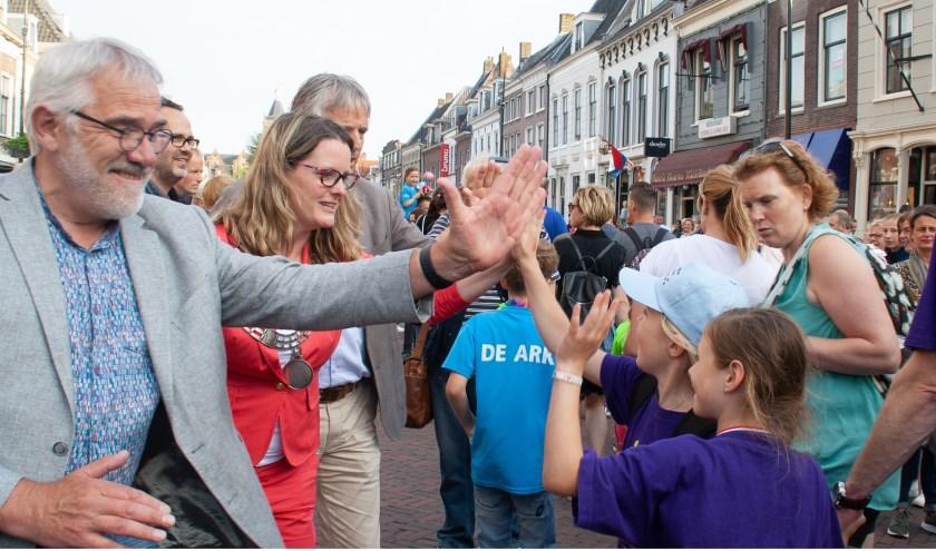 Een 'high five' van een wethouder of locoburgemeester. Foto: Jacques Stam