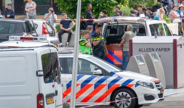 Het hele parkeergedeelte rond de flat en de toegang voor de parkeerplaats naar de winkels werd door de politie afgezet. Foto: Jacques Stam