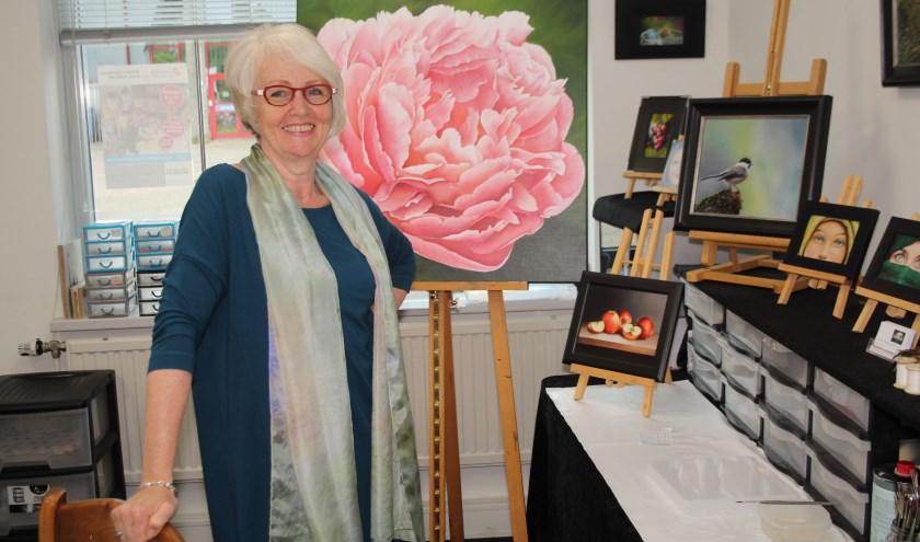 Marianne van Scharenburg in haar atelier met haar nieuwste werk, voor het eerst op een groot doek. (Foto: Lysette Verwegen)