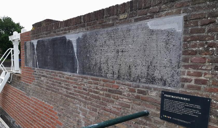 Tekststeen achtermuur poortwachtershuis. (Foto: Privé)