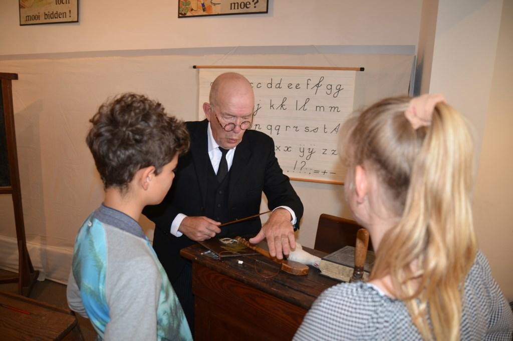 De strenge meester in de klas uit 1909 had veel bekijks, vooral toen hij lijfstraffen toediende. Jaap van der Veen © Persgroep