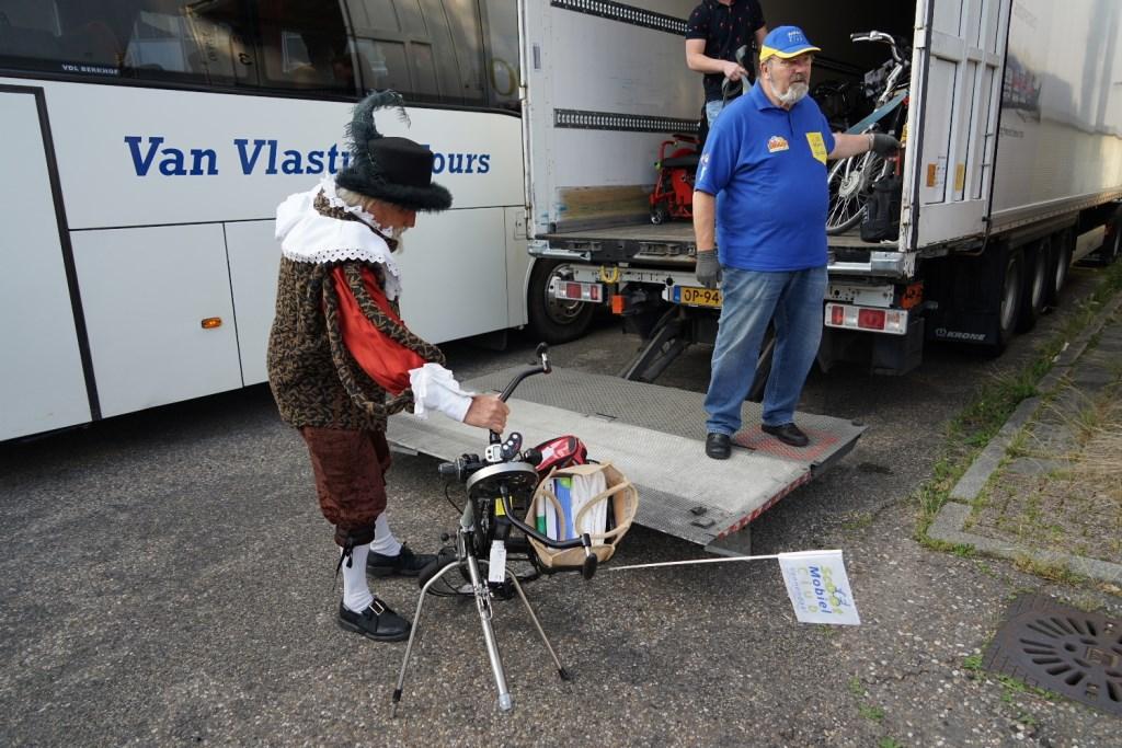 """Gilbert laadt een """"wonderlijk"""" wiel in de vrachtruimte Foto: P.v.d.Rovaart © Persgroep"""