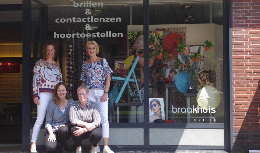 Het team van Braakhuis Optiek: Yvonne, Laura, Trudy en Liesbeth.Gina, die twee dagen per week aanwezig is voor hoortoestellen, ontbreekt.