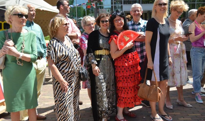 Op het Kees Stipplein manifesteerde zich verschillende nationaliteiten in kleurrijke traditionele kledij. (Alle foto's: Pieter Vane)