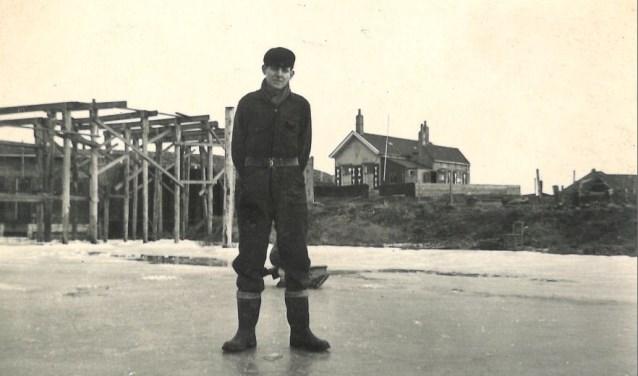 Kees van der Bijl in 1954 voor het huisje in Den Osse waar hij opgroeide FOTO: C. van der Bijl