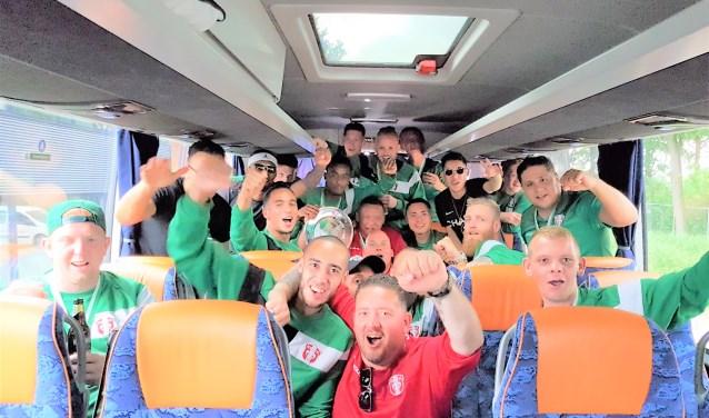 De terugreis met dé spelersbus van FC Dordrecht werd vanmiddag een triomftocht voor de amateurtak van de Dordtse bvo.