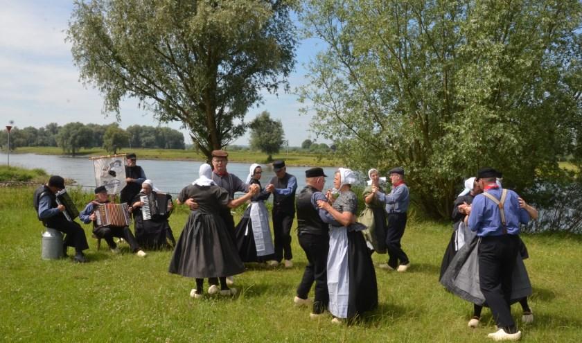 De folkloristische dansgroep De Iesselschotsers uit Steenderen gaan terug in de tijd rond 1900.