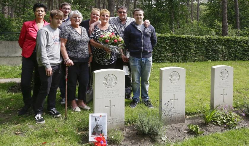 Betty (links) en haar zus Joan staan met de familie aan het graf van hun vader. Achter links Edith Burghard. Foto: Jurgen van Hoof.