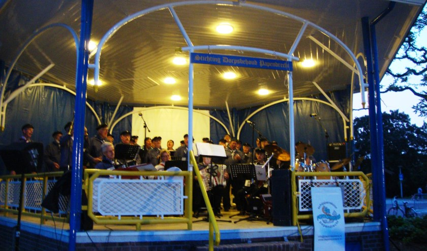 Concert in de muziektent. (foto: Dorpsbehoud)