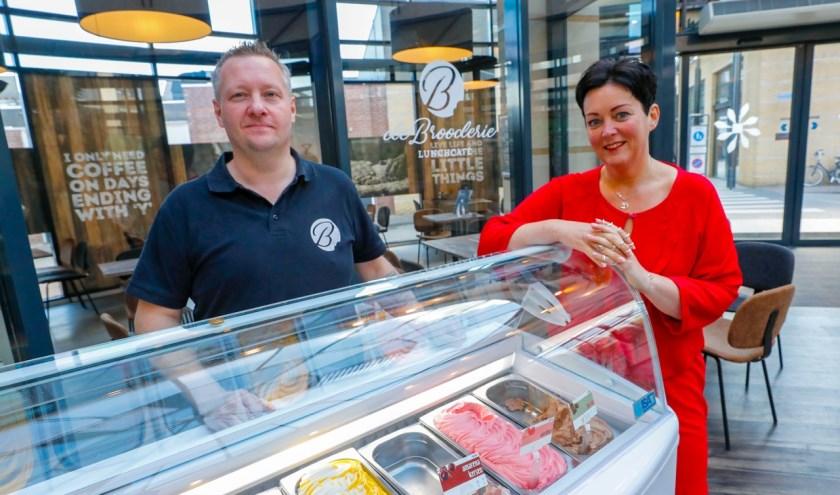 """Lin en Harrie van Gerwen zijn sinds 1 juni 2018 de eigenaren van het lunchcafé. Lin: """"Om ons 1-jarig jubileum te vieren hebben wij de maand juni omgedoopt tot de Villa Pardoes-maand."""" FOTO: Bert Jansen."""