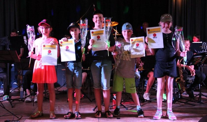van links naar rechts: Noa, Thijmen, Niek, Bas en Fleur ontvangen hun welverdiende certificaat van de Music@Meteren-class