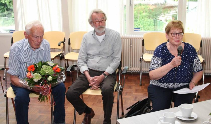 Willemien Zieverink tijdens het dankwoord met links echtgenoot Henk Zieverink. In het midden voorzitter Gert Gossink.
