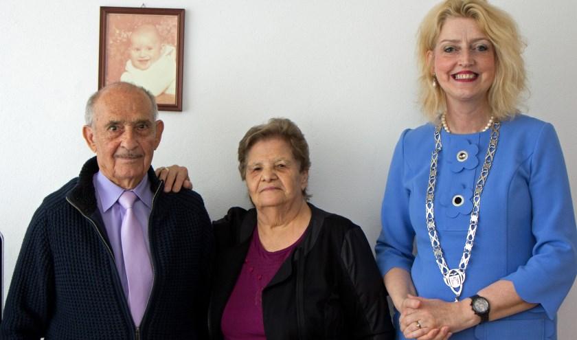 Het echtpaar Savidis-Andreadis werd gefeliciteerd door burgemeester Reinie Melissant-Briene. Foto: Gemeente Gorinchem