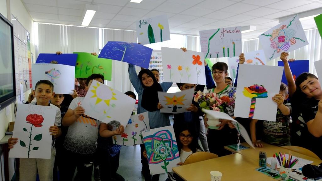 De afgelopen weken volgden honderd kinderen van driebasisscholen workshops bloemen tekenen.   © Persgroep