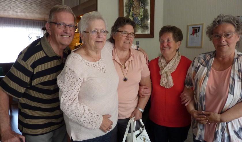 """""""Wij vinden het leuk mensen in onze huiskamer te hebben"""", zeggen Leo en Netty (links). Naast hen: vrijwilliger Anneke, Ria en An."""
