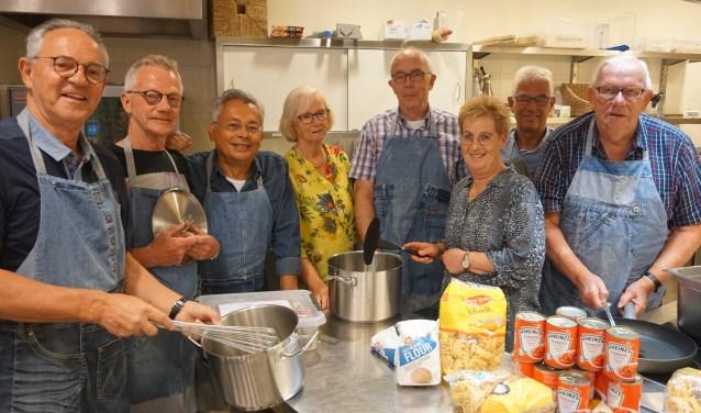 Wekelijks is de kookclub Mannen met Pannen in Batau actief in het buurtplein. (Carel van Daalen links op de foto, Jos Elsinghorst 4de van rechts). Foto: Louise Mastenbroek