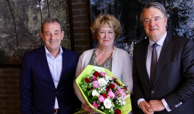Van links naar rechts burgemeester Nol Kleijngeld, zijn echtgenote Inge en commissaris Wim van de Donk.