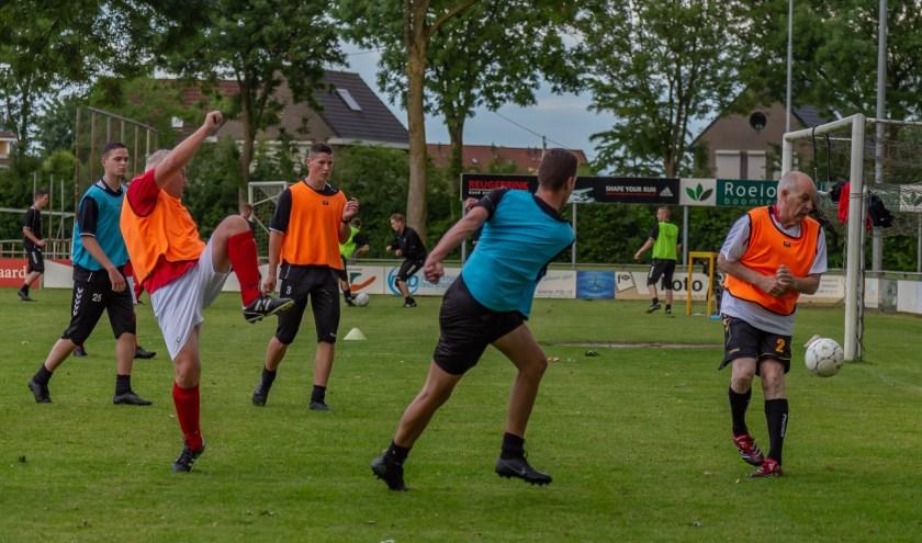 voetbal wedstrijdje met leden van 16 tot 66 jaar!