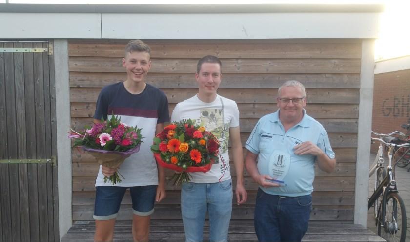 Mika Schurink, Ferry Ronhaar en Johan Eleveld zijn gehuldigd. Noël Temmink ontbreekt op de foto.