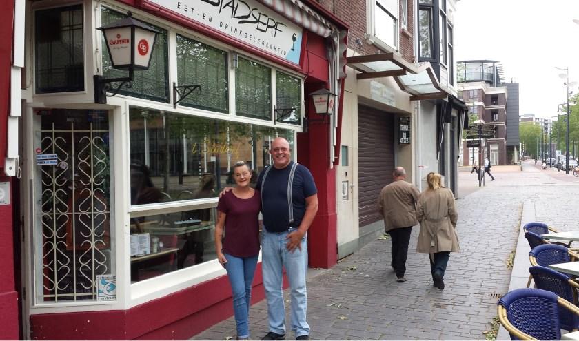 Horeca-echtpaar Jan en Lya Leermakers voor hun 'gezellige huiskamer' waar ze 25 jaar geleden introkken.